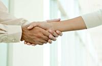 Una forma de dar las gracias, un par de personas estrechando las manos