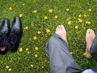 Hombre descalzo en un cesped - Crisis de los 40's entre los hombres hispanos