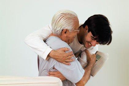 Joven cuidando a un anciano