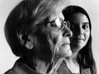 Abuelos y nietos - los nietos ayudan en el cuidado de los abuelos.