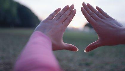 Consejos de cuidado para las mujeres sobre cuestiones jurídicas - Manos de mujer haciendo un marco y a lo largo el sol