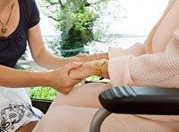 Los desafíos de cuidar a una madre - Mujer mayor apretando las manos de su hija.