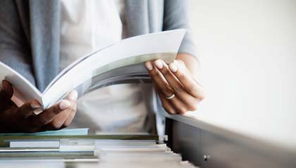 Cómo organizar documentos importantes — Una persona sostiene un documento en sus manos.