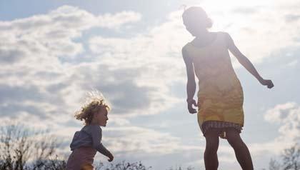Madre saltando en un trampolín con su hija - 11 claves para el cuidado de personas.