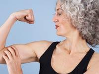 Mujer mostrando sus biceps