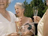 Mujeres maduras en una boda al aire libre