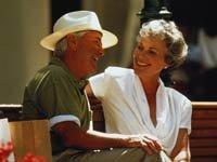 Pareja conversando alegremente en una tarde soleada - Usted sabe cómo hablar con su pareja?