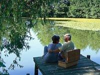 Pareja en el muelle de un lago - Prepare una escapada con su pareja