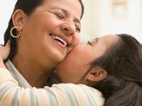 Madre con su hija - Cómo celebrar el día de acción de gracias conservando sus tradiciones