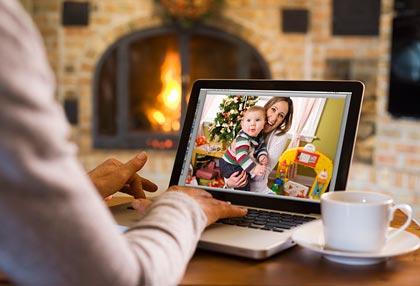 Abuela teniendo una video conferencia con su hija y su nieta