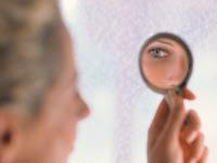 Mujer mayor mirándose al espejo