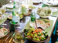 Una mesa lista para un almuerzo: pequeños placeres de la vida