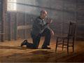 Una entrevista radial con Jacobo Goldstein acerca de la enfermedad de Alzheimer. Un hombre mayor le sopla un beso a una silla vacía frente a él.