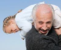 Abuelo con su nieto jugando - Cómo mantenerse activo con sus nietos