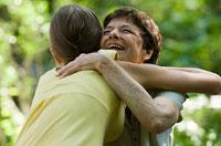 Abuela abraza a su nieta - Apoye a su nieto/a homosexual o lesbiana
