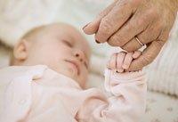Abuela con su nieta - Guía para mantener seguros a los nietos