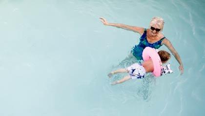 Abuela cuidando a su nieto