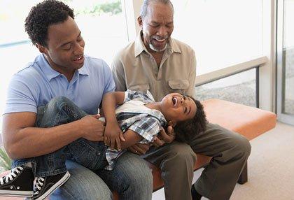 Abuelo y padre jugando con su nieto