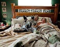 Una pareja de esposos descanzando en su habitación con sus perros