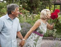 pepper schwartz column on dating, mom new boyfriend, couple in garden