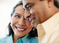 Una pareja de adultos mayores hispanos sonriendo