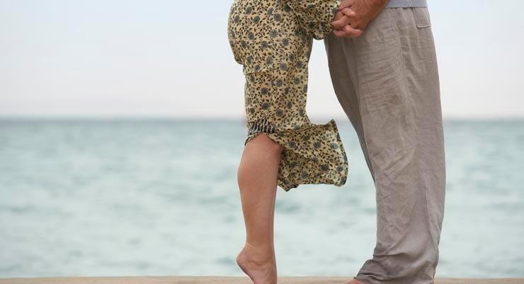 Pareja en una playa - Cuatro maneras de mejorar la sexualidad