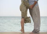 Pareja en una playa - 4 maneras de tener un mejorar su sexo