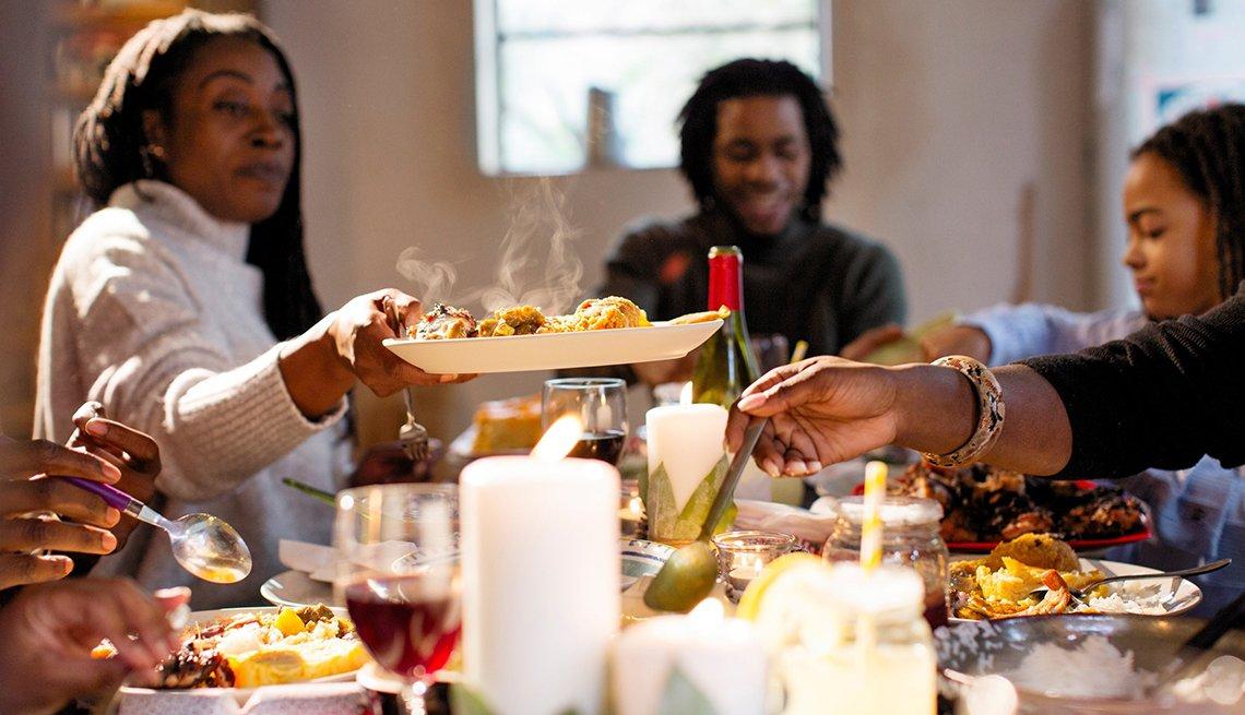 Celebrando las fiestas con una cena familiar.