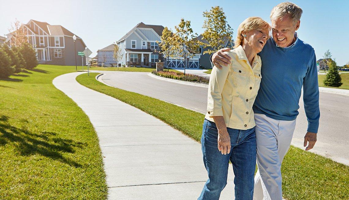 Pareja mayor caminando por un suburbio en Estados Unidos.