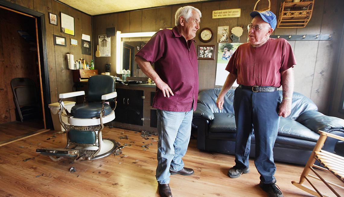 Barber Gary Mays y Jesse Johnson en una barbería