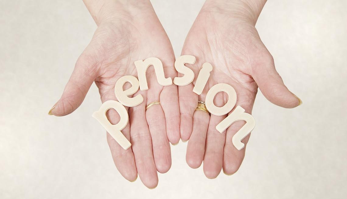 Manos sosteniendo la palabra pensión