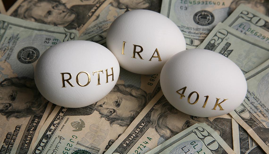 Huevos con las palabras Roth, IRA, 401K sobre dólares