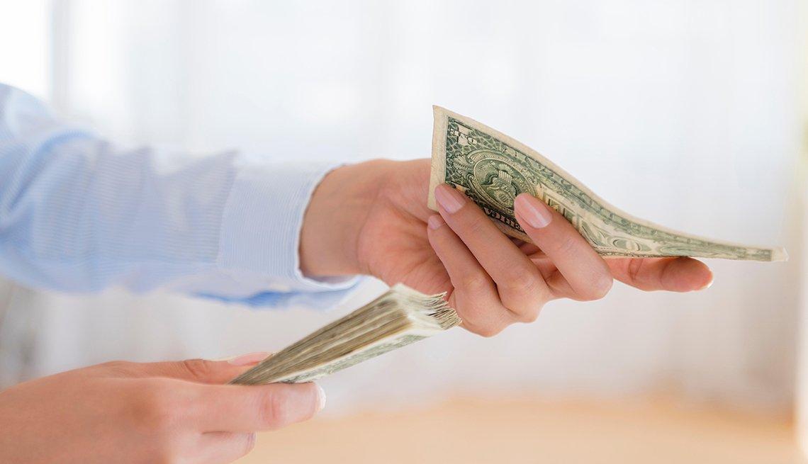 Manos con dólares