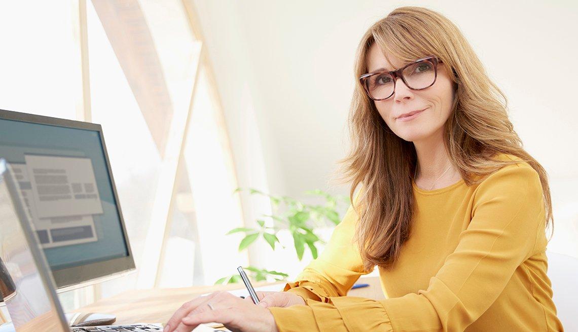 Mujer sentada frente a una computadora