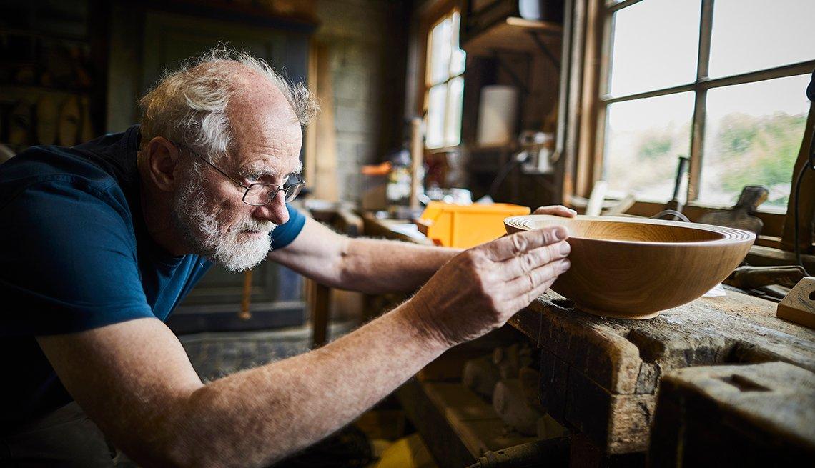 Hombre mayor trabajando en carpintería
