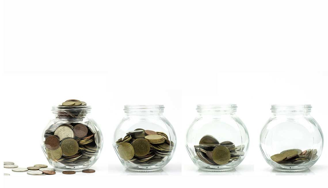 Jarras de vidrio con monedas.