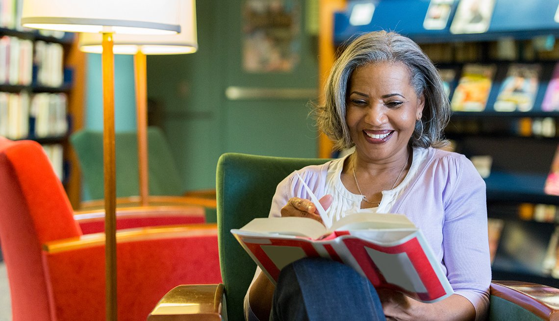 Mujer leyendo en una biblioteca