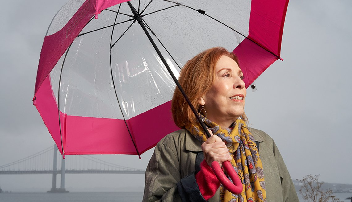 Elizabeth Spiegler en su vecindario en Queens, Nueva York, bajo su sombrilla en un día lluvioso.