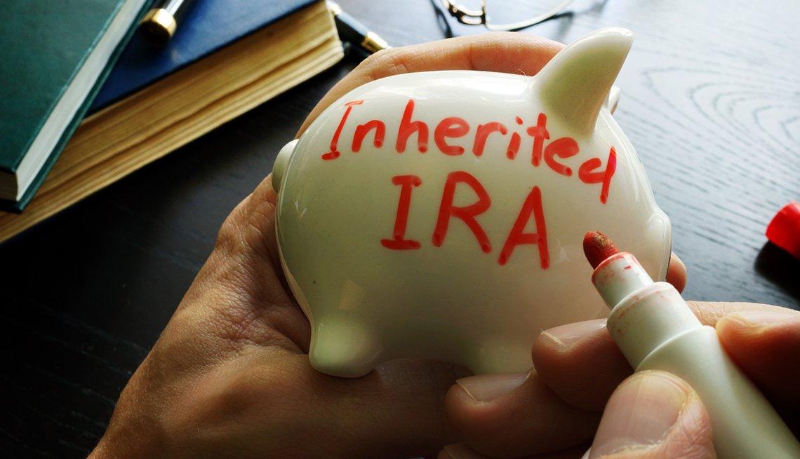 Alcancía con letrero en rojo que dice IRA heredado