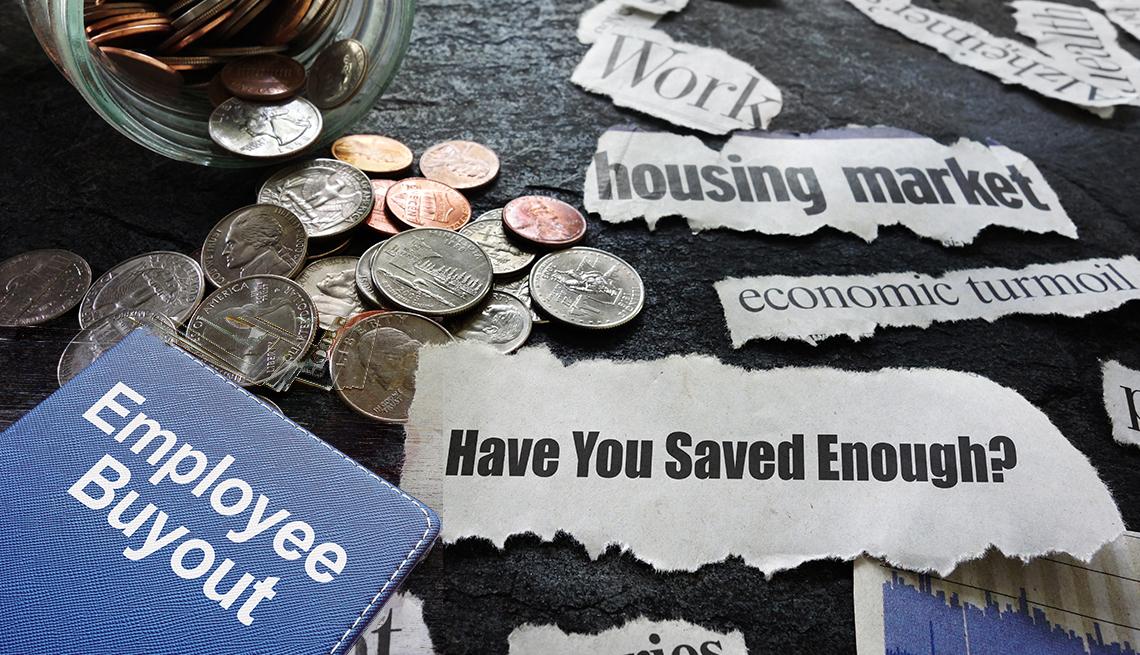 Letreros de paquete de salida laboral, ahorros suficientes, mercado mobiliario y otros entre monedas
