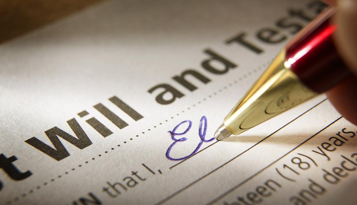 Formulario de un testamento con un lapicero llenando el nombre a mano.