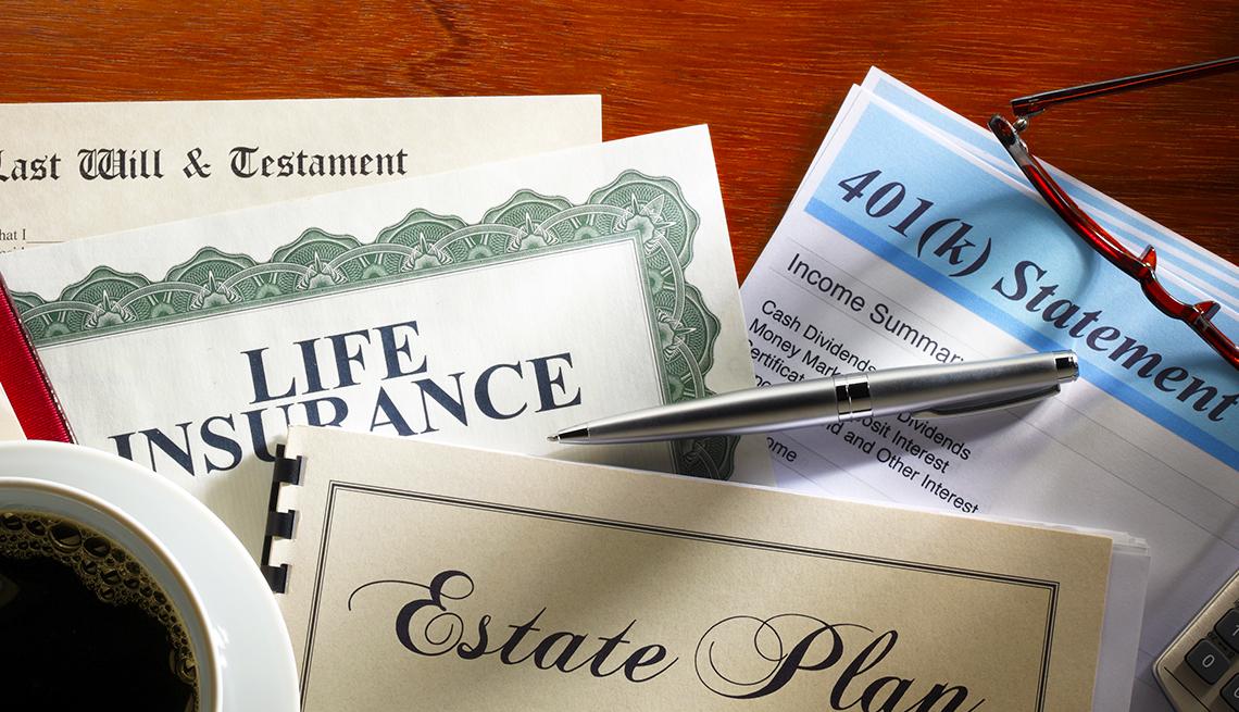 Escritorio con documentos de un seguro de vida, un formulario de 401K, un testamento, y uno de planificación estatal