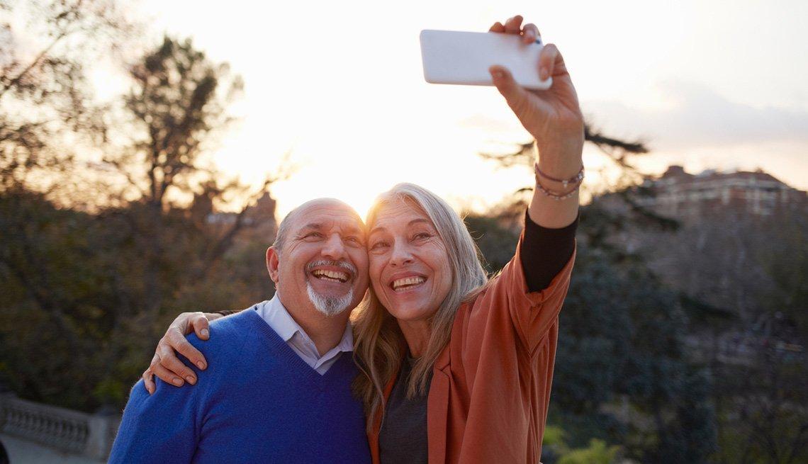 Pareja mayo tomándose un selfie