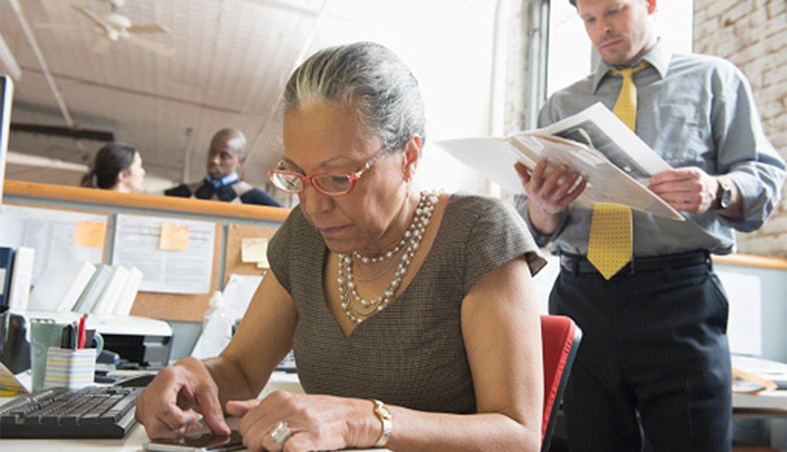 Mujer mayor en una oficina
