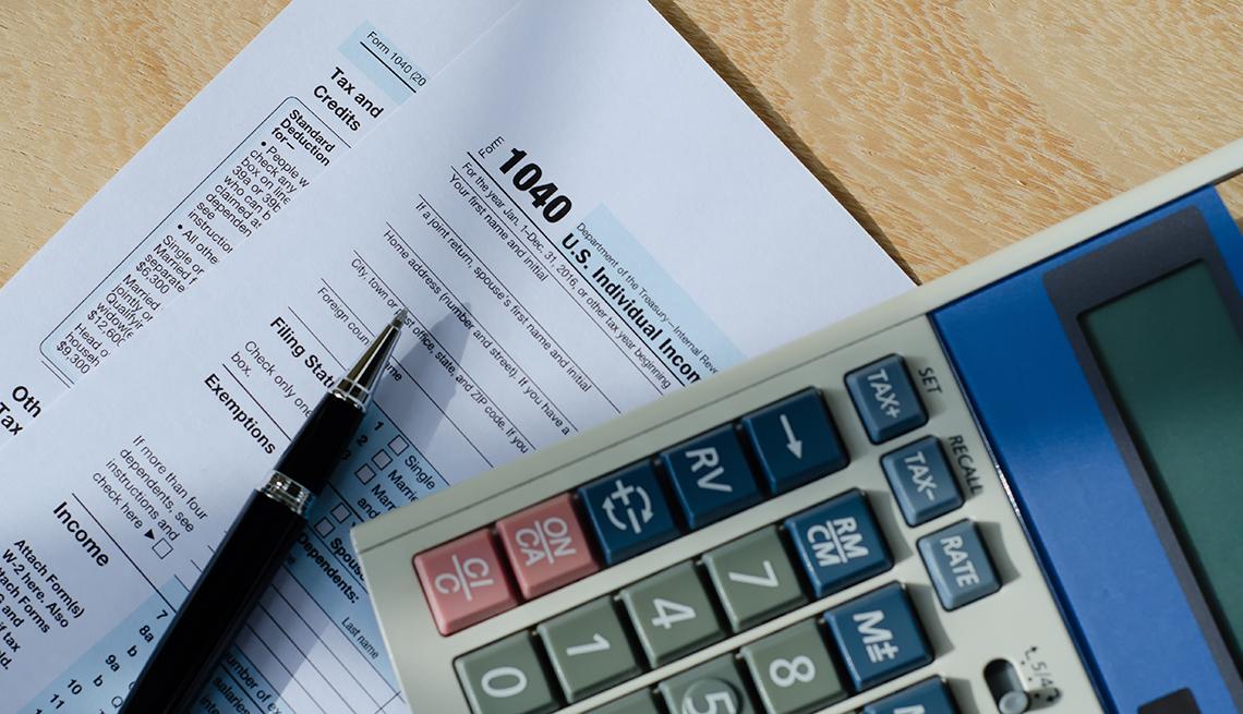 item 3 of Gallery image - Calculadora y lapicero sobre un formulario 1040