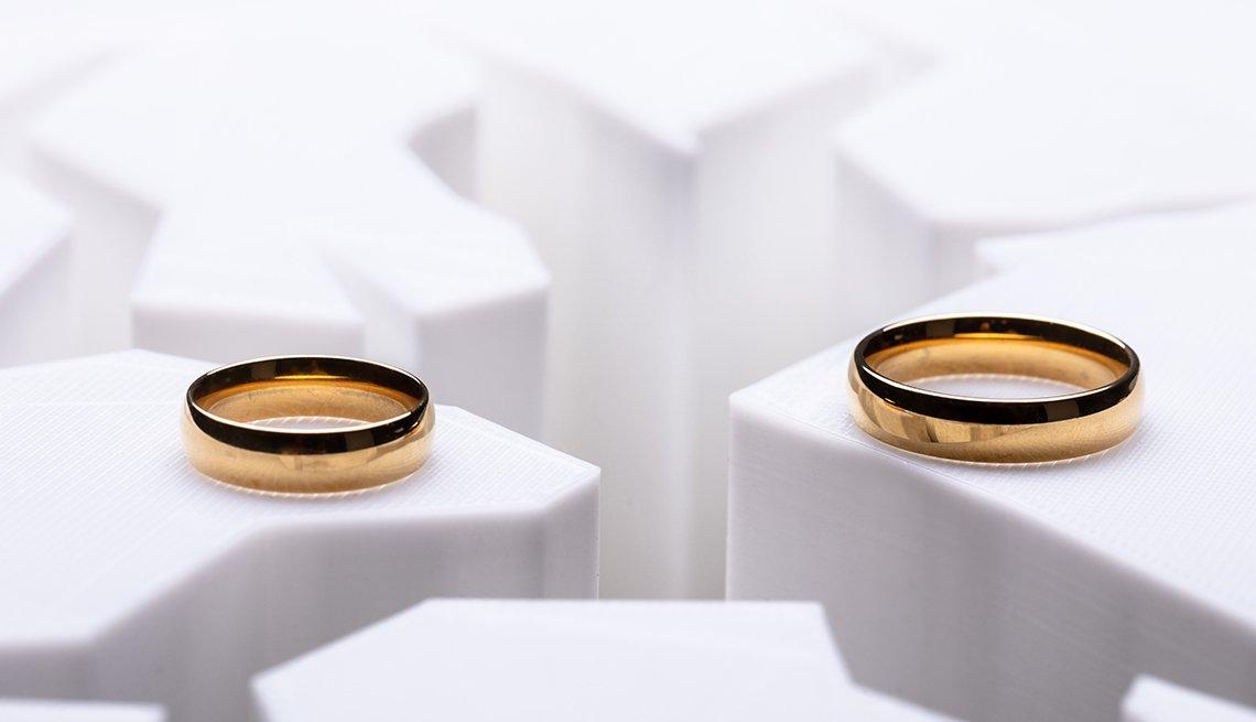 Anillos de matrimonio colocados sobre superficies diferentes