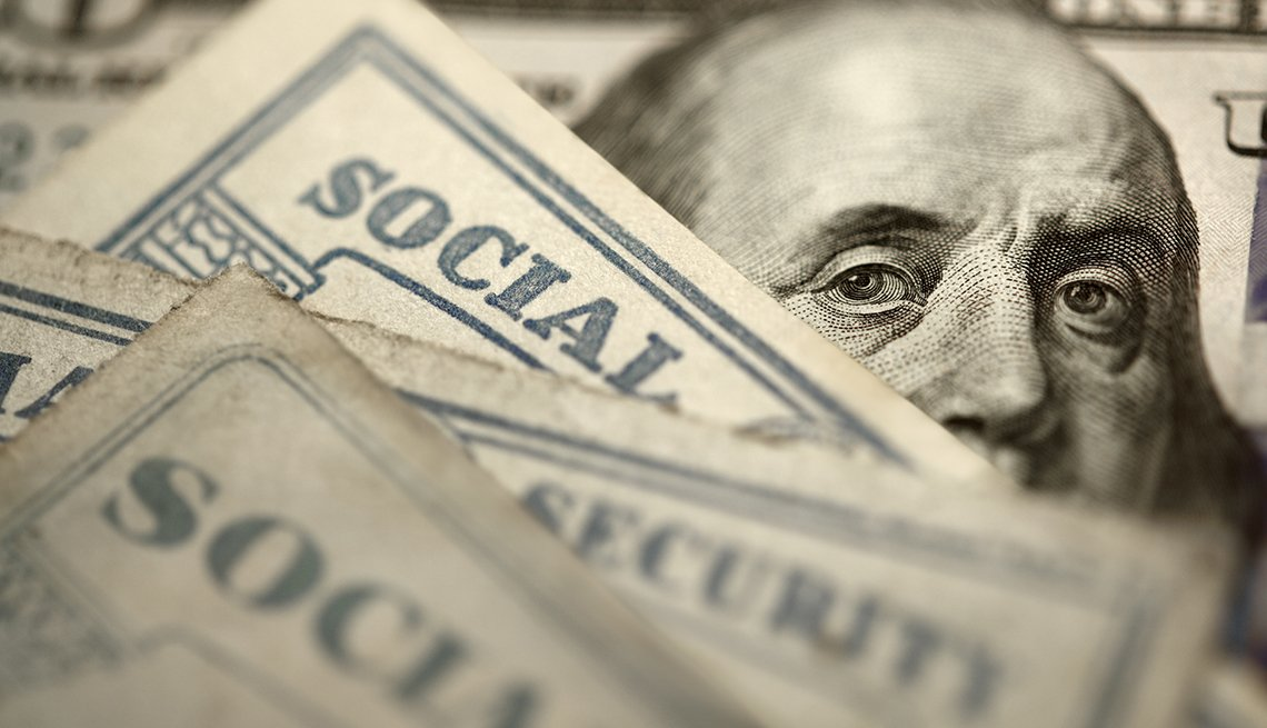 Cara de Ben Franklin en un billete de 5 dólares detras de tarjetas del Seguro Social.