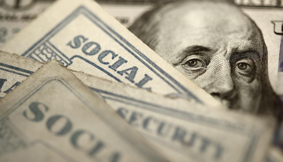 item 1 of Gallery image - Cara de Ben Franklin en un billete de 5 dólares detras de tarjetas del Seguro Social.