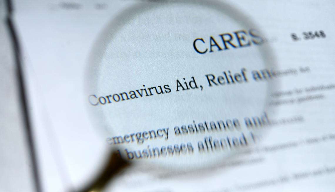 Lupa sobre un documento de la regulación de la ley Cares de ayuda para el coronavirus.