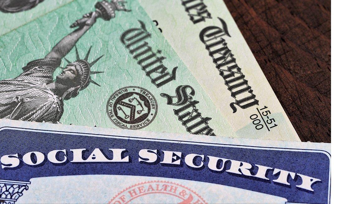 Tarjeta del Seguro Social sobre cheques del Departamento del Tesoro de Estados Unidos.